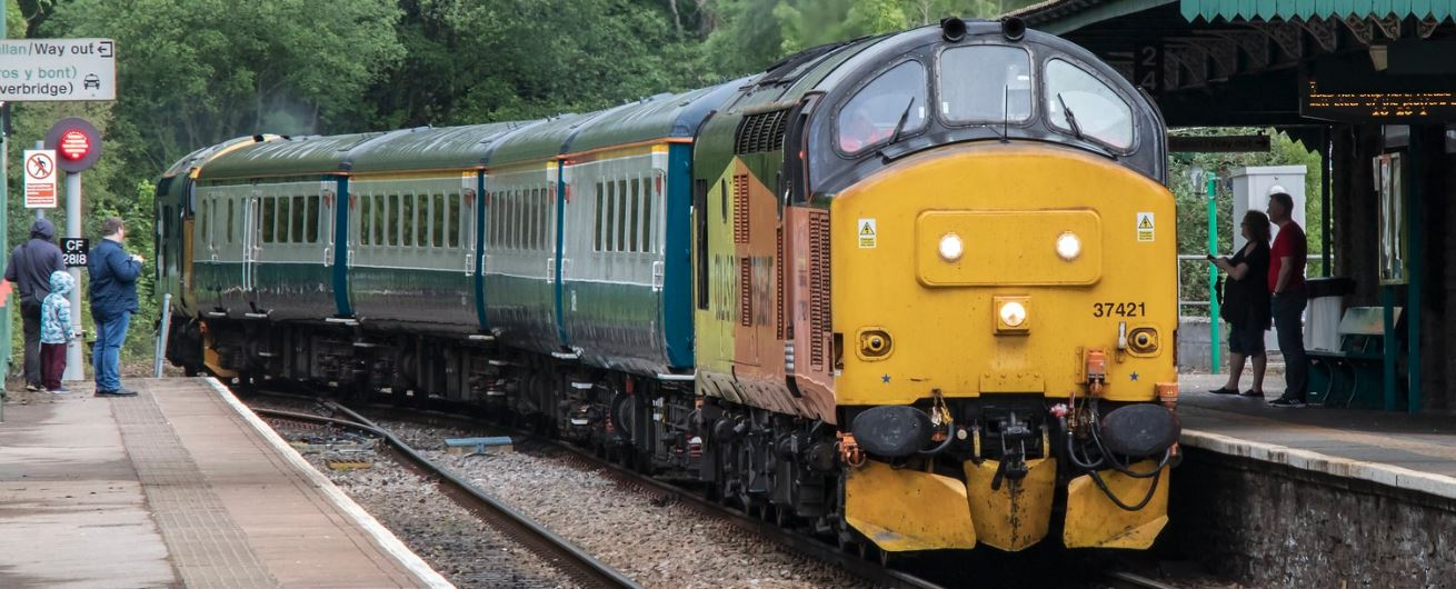 Top & Tail Class 37s haul BR blue and grey Mk2F coaches into Rhymney