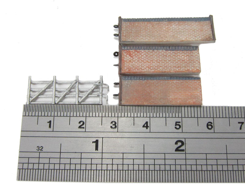 Graham Farish 42-107 Red Brick Walls /& Gates N Gauge