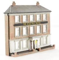Graham Farish 42-214 Low Relief Railway Hotel (93 x 22 x 77mm)