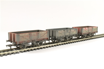 37-097 Pack of three 5 plank private owner wagons - weathered