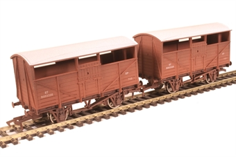 4F-020-028 Pair of 4-wheel cattle wagons B893520 and B893320 in BR bauxite - weathered