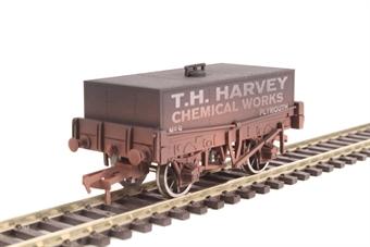 "4F-032-018 4-wheel rectangular tank ""T H Harvey"" - weathered"