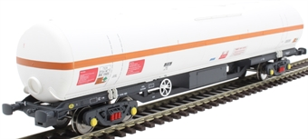 BOC10 100 ton BOC tank in BOC unbranded livery with red stripe and gloucester bogies - 0009