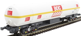 BOC17 100 ton BOC tank in BOC Liquid Oxygen livery with yellow stripe and GPS bogies - 0019