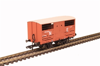 OR76CAT003 4-wheel cattle wagon 196488 in LNER bauxite