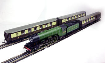 "R2598M Ltd edition of 1500 ""Queen of Scots"" train pack with Class A1 4-6-2 2569 ""Gladiator"" loco in Apple Green with 3 Pullman cars"